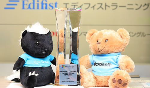 「Microsoft Asia Learning Partner of The Year 2015」受賞記念のトロフィー